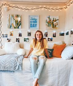 26 College Dorm Room Ideas to Channel Your Inner Minimalist collegedormroom dorm. 26 College Dorm Room Ideas to Channel Your Inner Minimalist collegedormroom dormroomdecor dormroomi Dorm Room Walls, Cool Dorm Rooms, Uni Room, Beach Dorm Rooms, Pink Dorm Rooms, Dorm Room Themes, Dorm Room Layouts, College Bedroom Decor, College Dorm Rooms