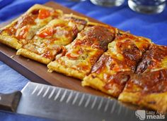 Puff pastry pizza is incredibly easy to quickly prepare and cook up. The crust has that lovely golden crunch that makes it irresistible. Puff Pastry Pizza, Puff Pastry Sheets, Puff Pastry Recipes, Puff Pastries, Coconut Flan, Cheese Twists, Crescent Roll Pizza, Crescent Rolls, Breakfast Pizza