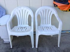 Repurposed White Plastic Chairs to Painted Pool Chairs Backyard Play Spaces, Backyard Chairs, Pool Chairs, Garden Chairs, White Plastic Chairs, Plastic Patio Chairs, Chair Makeover, Furniture Makeover, Diy Furniture