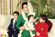 Bilawal Bhutto Zardari with his mother Benazir Bhutto and sisters Bakhtawar and Aseefa Kate Middleton Outfits, Pakistan News, Pakistan Map, Vintage Bollywood, Historical Women, Urdu News, Best Mother, Cover Pics, Green Fabric