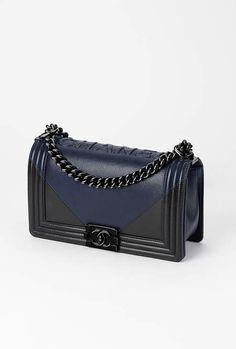 Sac Boy CHANEL, agneau & métal noir-bleu marine & noir - CHANEL RTW pré-collection SS 2017 #Chanel #precollection2017 #SS17   Visit espritdegabrielle.com - L'héritage de Coco Chanel #espritdegabrielle