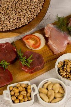 As vitaminas do complexo B ajudam na energia. Melhoram a memória e auxiliam na comunicação dos neurônios e no desenvolvimento deles. Algumas dessas vitaminas, como o B6, também ajudam a relaxar.  Consumir – Principalmente em proteínas animais (carne vermelha, aves e ovos). Também há em leguminosas (como feijão, lentilha e grão de bico) e em algumas sementes (como nozes, castanhas e amêndoas).