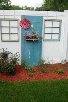 alte Tür und Fenster als Deko am Gartenzaun