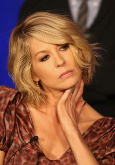 Jenna Elfman medium length wavy layered bob