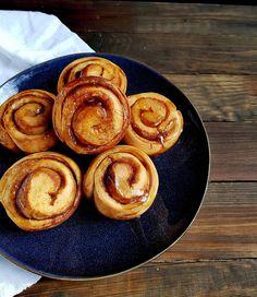 Zimtschnecken mit Honig Wer ist im Team Zimtschnecken? Zimtschnecken sind Komfortfood pur. Sie schmecken nicht nur zum Frühstück wunderbar auch zum Znüni oder Zvieri sind sie köstlich. Das Rezept für die Honig-Zimtschnecken kommt ganz ohne industriellenZucker aus und wird nur mit Honig gesüsst. Der Honig verleiht den Hefeschnecken einen wunderbaren warmen Geschmack der schon beim Backen durch die Wohnung zieht. Ein tolles Hefegebäck welches uns den Tag mit Honig versüsst. Das Rezept findest… Pancakes, French Toast, Breakfast, Instagram, Photos, Honey, Bakken, Recipes, Ideas