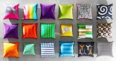 Opstelling met kussenovertrekken in verschillende kleuren en met diverse motieven