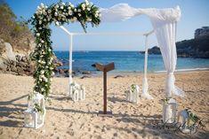 Hermoso gazebo con flores, ideal para tu boda en playa. Bodas Huatulco