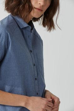 Classic shirting flirts with its boundaries, resulting in this clean-cut short sleeve top - a perfect hybrid of crisp and playful.Boxy fitNarrow collarRaglan sleeveChest pocketSquare hi-low hemMi