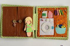 Casa de muñecas con muñeca de fieltro papel libro por TomToy