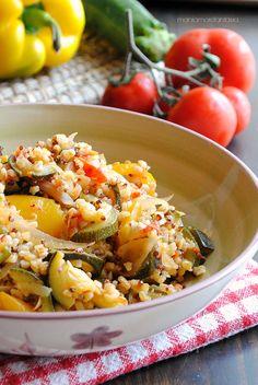 insalata estiva con quinoa, grano e verdure