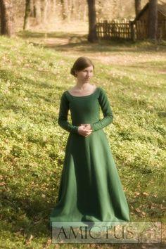 Suknia spodnia z długimi, wąskimi rękawami, (fr. cotte simple), zapinanymi na oblekane guziki. Dopasowana na górze, od bioder mocno poszerzona klinami, uszyta z zielonego sukna. Druga połowa XIV i XV w. Fot. Dariusz Skowroński