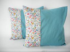 Housse de coussin - 35x35cm - tissu Liberty betsy porcelaine imprimé fleurs - tissu coton bleu/girs - biais et passepoil pailleté