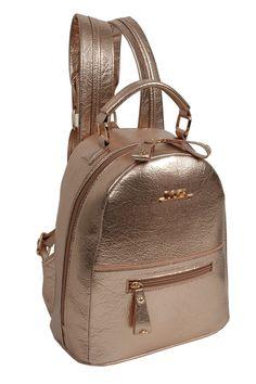 Doca stylový bronzový batoh - Originální metalický batoh od řecké značky Doca.Nádherný, roztomilý batůžek od řecké značky Doca je skvostným doplňkem na každodenní nošení. Batůžek je metalicky bronzový, lesklý a doplněný zlatým kováním. Nechybí ani kovové logo