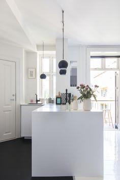 Altbau: Offene Weiße Küche In Kleinem Appartement. Mehr Auf Roomido.com  #roomido