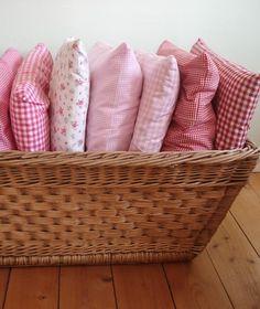 Das Bettwäscheset besteht aus einem Bettbezug 135 x 200 cm und einem Kissenbezug 80 x 80 cm, wahlweise in groß- oder kleinkariert (0,6 x 0,6 cm bzw. 0