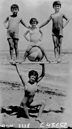 1931 : Holding up children on the beach
