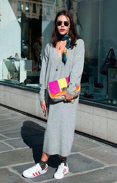 731064e1e48ba Catharina Dieterich posa para foto de street style usando maxi vestido  comfy cinza