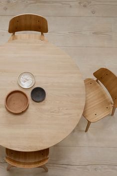 Merging his signature love of solid wood with his new-found passion for plywood shells, Mogensen crafted the Søborg Chair with soft rounded corners. Danish Furniture, New Furniture, Furniture Design, Wood Oil, Wood Surface, Cabinet Makers, Danish Modern, Danish Design, Industrial Furniture