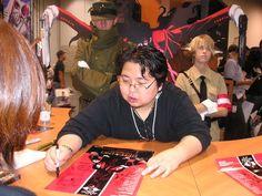 Kouta Hirano, writing autographs surrounded by his creations. :) Bienvenue sur la Vallée du Blabla !