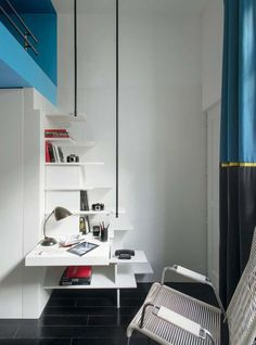 Un escalier qui fait aussi office de bureau et de rangement
