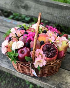A basket is nothing Basket Flower Arrangements, Edible Arrangements, Fruit Box, Strawberry Fruit, Fruit Platter Designs, Vegetable Bouquet, Food Bouquet, Flower Box Gift, Edible Bouquets