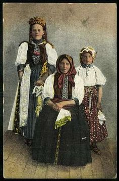 grandmother with her grandchildren Banffyhunyad Hungary (past) Bánffyhunyadi nagyanya unokáival Folk Costume, Costumes, Pebble Painting, Traditional Outfits, Face And Body, Character Design, 1, Female, History