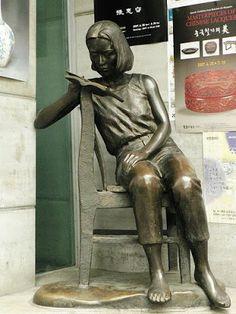 Lettori impropri   Unconventional readers Reading girl statue in the quarter Insa-dong in Seoul