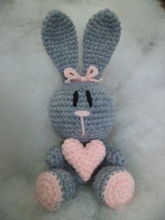 Es una dulce conejita tejida en lana y rellena de vellon.<br /> Mide 21 cm.