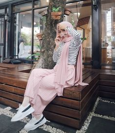 Another pink on black (stripes) look that I might be able to pull off. Stripes don't exactly look good on me, but I think if the hijab covers enough of it, I can pull the look off well. Modern Hijab Fashion, Muslim Women Fashion, Hijab Fashion Inspiration, Modest Fashion, Look Fashion, Fashion Outfits, Trendy Fashion, Hijab A Enfiler, Hijab Style