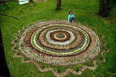 Mandala by Isabelle Aubry Mandala Art, Mandala Nature, Simple Mandala, Art Et Nature, Nature Artwork, Nature Crafts, Land Art, Art Environnemental, Street Art