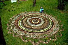 mandala vegetal geant Isabelle Aubry http://www.nastiyaaucarre.com/2015/11/land-art-enfants.html
