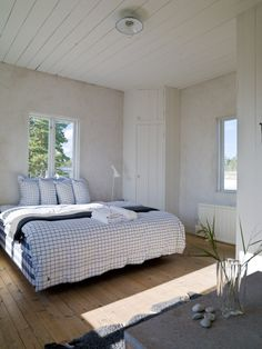 Porslinsknoppar, taklampa, väggar målade med matt linoljefärg. Golven såpskurade med linoljesåpa. Allt hittar ni hos oss i Gysinge