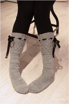 Muistaako teistä kukaan aikaa, kun kaikki sukat oli pääosin harmaita ja varsinkin lavat kudottiin harmaasta Harmon sukkalangasta. Muista me...