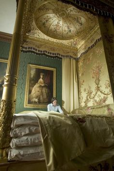 Hampton Court Royal Bedchamber - Queen Charlotte's fabulous bed - 4 feather mattresses too!