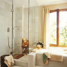 Ducha y bañera de mármol separadas por una mampara de cristal_777b995c 059506