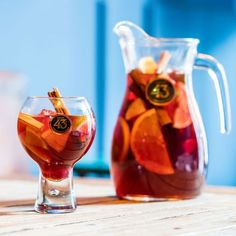 Sangria is perfect with friends, laughs and sunny weather. Mix red wine, soda, Licor 43 and seasonal fruits, and you'll have an incredibly… Sangria Cocktail, Red Sangria, Smoothie Drinks, Smoothies, Tapas, Margarita, Snacks Für Party, Fruit In Season, Gin And Tonic