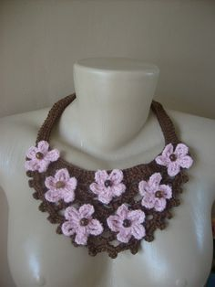 Lindo e delicado colar em crochê, com flores e contas em madeira. Cor a escolha do cliente. R$40,00