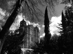 On instagram by antho096_ #landscape #contratahotel (o) http://ift.tt/2cLGmUD Domingo  #church #blackandwhite #gris #sancristobal #santodomingo #vacations #naturelover #nature #architecture #photographer #chiapas #walk #paisajes #beautiful #recuerdos #siluetas #sombras #construccionesantiguas #domingueando