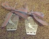 Boucles d'oreille cage à oiseau dentelle et noeud en ruban rose/vert