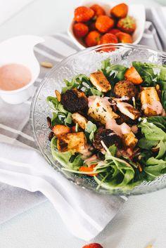 Erdbeer-Rucola Salat mit veganem Mandelrahm Dressing auf VANILLAHOLICA.com . Gerade im Sommer wenn die Temperaturen ein bisschen wärmer sind, und Erdbeeren Saison haben, ist ein Erdbeere Rucola Salat genau das richtige. Mit einem veganen Mandelrahm dressing und gebratenen Pinienkerne schmeckt er zu jeder Tageszeit. Es ist ein veganes Rezept für den Sommer, dass auch gut bei veganen Grillen vorgeführt werden kann. Super schnell und super einfach gemacht, mit wenigen Zutaten sogar billig.