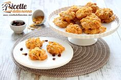 Una ricetta per preparare dei biscotti morbidi e particolari ai cornflakes. Ideali per la colazione o la merenda. Biscotti Cookies, Muesli, Onion Rings, Something Sweet, Cookie Jars, Cauliflower, Biscuits, Healthy Recipes, Healthy Food