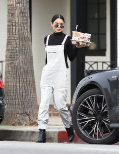 Vanessa Hudgens wearing white denim jumpsuit and black top Grunge Outfits, Fall Outfits, Casual Outfits, Cute Outfits, Fashion Outfits, Estilo Vanessa Hudgens, Vanessa Hudgens Style, Thing 1, Autumn Winter Fashion