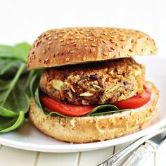 Sometimes you just need a good old fashion veggie burger! This fully loaded vegan black bean burger recipe hits the spot every time. Kidney Bean Burgers, Lentil Burgers, Meatless Burgers, Clean Eating, Healthy Eating, Healthy Lunches, Healthy Recipes, Vegetarian Recipes, Healthy Vegetarian Recipes