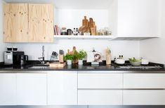 Une cuisine simple toute blanche. | simple White kitchen
