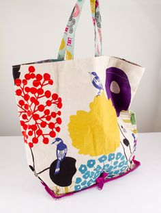 Tutorial para hacer una bolsa plegable, de Dobleufa (Kireei - Cosas bellas) - bolsos cateras, etc. Diy Embroidery Crafts, Sewing Tutorials, Sewing Projects, Sewing Crafts, Bag Patterns To Sew, Crochet Purses, Handmade Bags, Couture, Purses And Bags