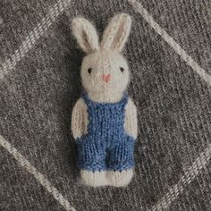 Gudrun Dahle ( 🐰💙 And now for throwback Thursday, I present this little bunny, who I made over a year ago and can Knitted Doll Patterns, Knitted Dolls, Knitting Patterns Free, Free Knitting, Crochet Patterns, Cool Baby, Knitted Teddy Bear, Knitted Animals, Knitting Projects