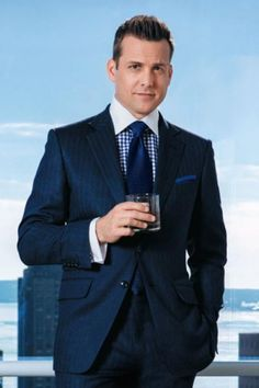 Harvey Specter for Ballantine 's commercial spot Trajes Harvey Specter, Harvey Specter Suits, Suits Harvey, Mens Tailored Suits, Mens Suits, Terno Slim, Gabriel Macht, Suits Tv Shows, Contrast Collar
