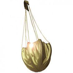 """Die super-originelle Abendtasche """"AIR BOOST GOLD"""" aus wiederverwerteter Fallschirmseide ist dein stylisher Begleiter für den täglichen Höhenflug. Vom Label Bag to Life."""