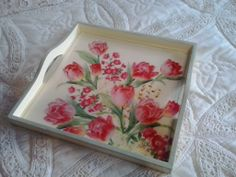 Decoupage tray with flowers. Bandeja con decoupage.