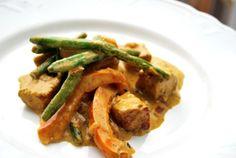 Nopsasti valmistuva lisuke nuudeleiden, riisin tai vaikkapa paahdetun leivän kera! Curry-inkivääritofu (neljälle) - 1 iso sipuli - Paketillinen kiinteää maustamatonta tofua (Alpro 250g) - Runsas...